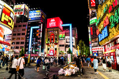 Tokyo - Kleurrijke uithangborden bij nacht Shinjuku Stock Fotografie