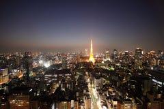 Tokyo-Kontrollturm und Straßen während des Sonnenuntergangs lizenzfreies stockbild
