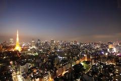 Tokyo-Kontrollturm und Straßen während des Sonnenuntergangs stockfotografie
