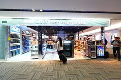 Tokyo : L'aéroport de Narita après immigration signent le secteur au détail Images libres de droits