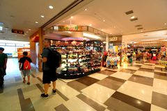 Tokyo : L'aéroport de Narita avant l'immigration signent le secteur au détail Photos libres de droits