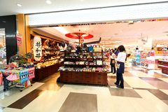 Tokyo : L'aéroport de Narita avant l'immigration signent le secteur au détail Image stock
