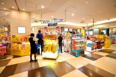 Tokyo : L'aéroport de Narita avant l'immigration signent le secteur au détail Images stock