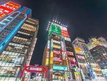 TOKYO - 18 MAGGIO 2016 Luci, costruzioni ed annunci di Shinjuku E Immagine Stock