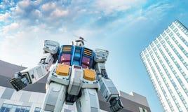TOKYO - MAI 2016: Gundum-Roboter, wie vom Straßenniveau gesehen Sein m Stockbilder