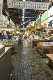 TOKYO - 11. MAI: Käuferbesuch Tsukiji-Fischmarkt Stockfotos