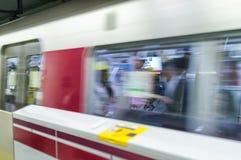 TOKYO - MAI 2016: Untergrundbahn kommt in der Station an Dieses ist das b Stockfotografie