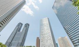 TOKYO - MAJ 2016: Moderna skyskrapor av Shinjuku, beskådar skyward Royaltyfri Foto