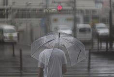 Tokyo man i regn Arkivfoto