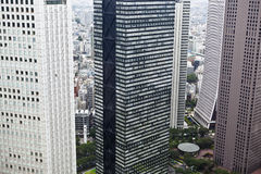 Tokyo: moderna byggnader i shinjuku Arkivfoton