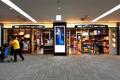 Tokyo: Narita flygplats, efter invandring har kontrollerat in återförsäljnings- område royaltyfri foto