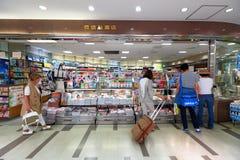 Tokyo: Narita flygplats, för invandring kontrollerar in återförsäljnings- område royaltyfri fotografi