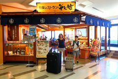 Tokyo: Narita luchthaven vóór immigratiecontrole op kleinhandelsgebied Stock Afbeelding
