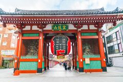 TOKYO-NOV 16 :佛教寺庙的Sensoji拥挤人在Novem 库存照片