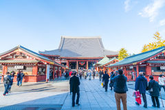 TOKYO-NOV 28: Fullsatt folk på den buddistiska templet Sensoji i Tokyo Arkivfoto