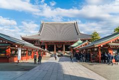TOKYO-NOV 16: Fullsatt folk på den buddistiska templet Sensoji på Novem Royaltyfri Foto