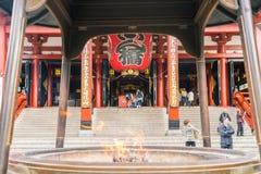 TOKYO-NOV 16: Fullsatt folk på den buddistiska templet Sensoji på Novem Arkivfoton
