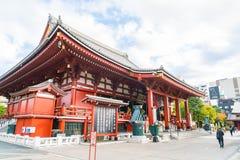 TOKYO-NOV 16: Fullsatt folk på den buddistiska templet Sensoji på Novem Royaltyfri Bild