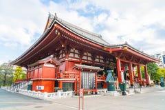TOKYO-NOV 16: Fullsatt folk på den buddistiska templet Sensoji på Novem Arkivbilder