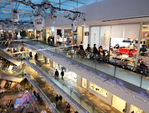 TOKYO - NOVEMBER 24: Folk som shoppar i Omotesando Hills på november Royaltyfri Fotografi