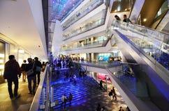 TOKYO - NOVEMBER 24: Folk som shoppar i Omotesando Hills på november Arkivfoto