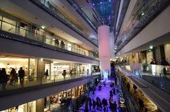 TOKYO - NOVEMBER 24: Folk som shoppar i Omotesando Hills, Tokyo, Japa Fotografering för Bildbyråer
