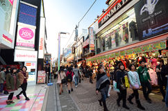 TOKYO - NOVEMBER 24: Folket mestadels ungar, går till och med Takeshi arkivfoto