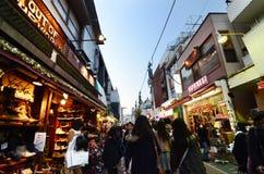 TOKYO - NOVEMBER 24: Folket mestadels ungar, går till och med Takeshi royaltyfri fotografi