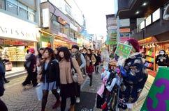 TOKYO - NOVEMBER 24: Folket mestadels ungar, går till och med Takeshi royaltyfri foto