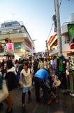 TOKYO - NOVEMBER 24: Folket mestadels ungar, går till och med Takeshi fotografering för bildbyråer