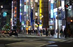 TOKYO - NOVEMBER 23: Het straatleven in Shinjuku stock foto