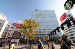 TOKYO - 24. NOVEMBER: Leute auf Omotesando-Straße Stockbild