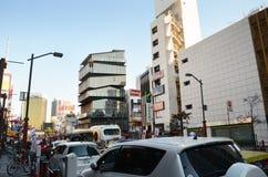 TOKYO - NOVEMBER 21: Oidentifierade turister runt om Asakusa kultur turnerar royaltyfri fotografi