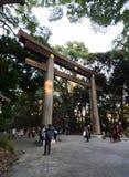 TOKYO - NOVEMBER 20: Torii port på Meiji Jingu Shrine Royaltyfri Foto