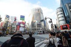 TOKYO - 28 NOVEMBRE : Foules des personnes croisant le centre de Shi Images libres de droits