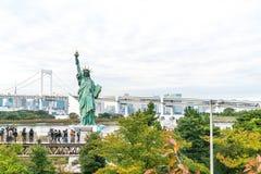 TOKYO - 16 novembre 2016 : Une foule des touristes et les gens du pays apprécient t Image libre de droits