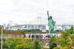 TOKYO - 16 novembre 2016 : Une foule des touristes et les gens du pays apprécient t Photos stock