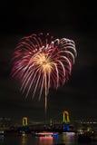 Tokyo, Odaiba-Bucht-Feuerwerksfestival über Regenbogenbrücke Stockfoto