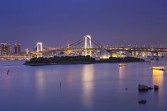 Tokyo-Regenbogen-Brücke in Tokyo, Japan nachts Stockfotografie