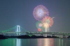 Tokyo-Regenbogenbrücke mit schönem Feuerwerk Stockbilder