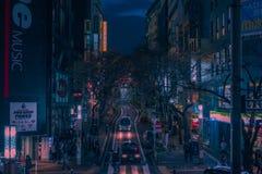 Tokyo-Schlangenstraße und -lichter nachts stockfotos
