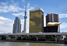 TOKYO - 5 september: Oriëntatiepuntgebouwen met inbegrip van de Hemelboom van Tokyo langs de Sumida-Rivier 5 September, 2016 in T Royalty-vrije Stock Afbeeldingen