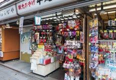Tokyo serre la lecture rapide sur le marché coloré Senso-JI de Nakamise-dori Photo stock