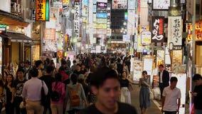 Tokyo Shinjuku vid natt - ett upptaget ställe för uteliv - TOKYO, JAPAN - JUNI 17, 2018 lager videofilmer