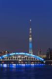 Tokyo Skytree ed il ponte di Eitai a Tokyo al crepuscolo Fotografia Stock Libera da Diritti