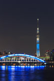Tokyo Skytree ed il ponte di Eitai a Tokyo al crepuscolo Immagini Stock