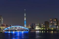 Tokyo Skytree ed il ponte di Eitai a Tokyo al crepuscolo Fotografia Stock