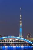 Tokyo Skytree ed il ponte di Eitai a Tokyo al crepuscolo Fotografie Stock Libere da Diritti