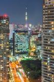Tokyo stadssikt med den Tokyo skytreen på natten Royaltyfria Foton