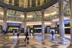 Tokyo-Stationsinnenraum mit Reisenden Lizenzfreie Stockfotos